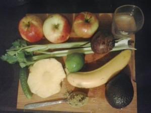 suc din mere banane avocado ananas pudra proteica telina lime sfecla rosie